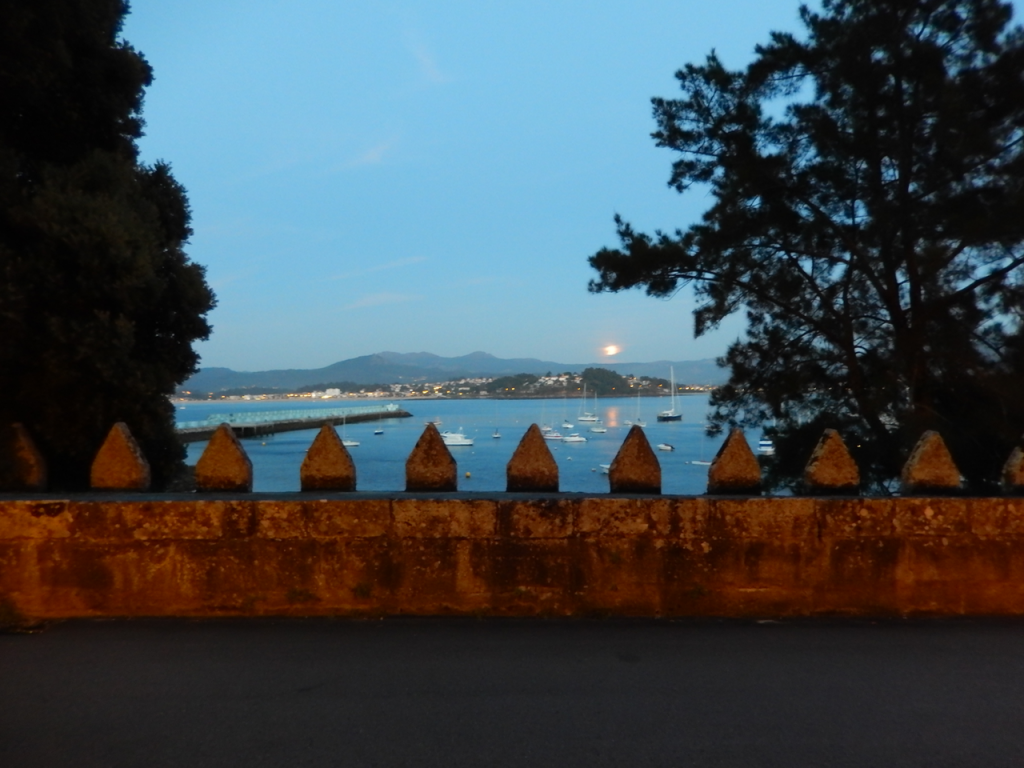 Moon rise over the bay and the wall of the parador